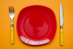 Röd platta på apelsinen Arkivfoto