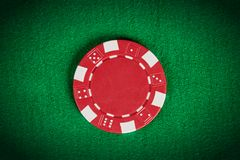 Röd pokerchip för makro på den gröna tabellen Royaltyfri Fotografi