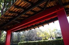 Röd port i japansk stil på ingången av japanträdgården fotografering för bildbyråer