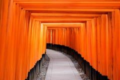 Röd portväg, toriikorridor i Fushimi Inari Taisha, Kyoto, Japan royaltyfri fotografi