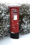 Röd Postbox för UK i snön Royaltyfria Bilder