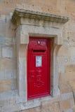 Röd postbox på stenväggen på Windsor Castle, England Arkivfoto