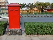 Röd postbox på vandringsledet i Thailand Royaltyfri Foto