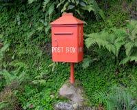 Röd postbox, sikt från rätten Arkivfoton