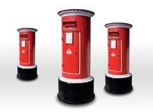Röd postbox som isoleras på grå bakgrund Arkivfoton