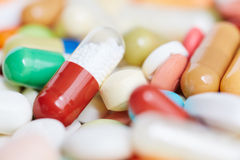 Röd preventivpiller inom många medicin Fotografering för Bildbyråer