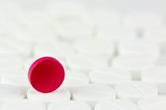 Röd preventivpiller på vit preventivpillerbakgrund Begreppsmässigt uteslutande av preventivpilleren royaltyfria foton