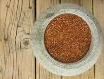 Röd quinoa i en stenbunke Fotografering för Bildbyråer