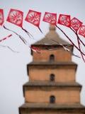 Röd rad av drakar med pagoden i bakgrund Royaltyfri Foto