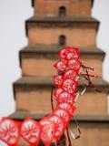 Röd rad av drakar med pagoden i bakgrund Royaltyfria Bilder