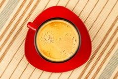 röd randig tablecloth för kaffekopp Arkivbilder