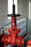 Röd regulatorventil för firefighting arkivbild