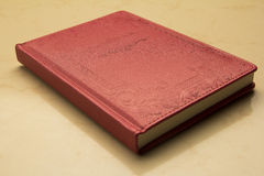 Röd rektangulär anteckningsbok i destinerat läder royaltyfri foto