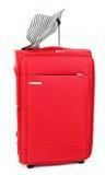 Röd resväska med kvinnligsunhatten arkivfoton