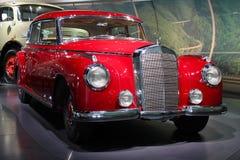 Röd retro bil Arkivbild