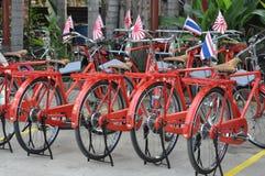 Röd retro cykel Fotografering för Bildbyråer