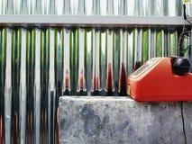 Röd retro eller gammal telefon för tappning, med den svarta telefonluren som sätter på den konkreta tabellen fotografering för bildbyråer