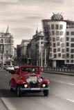 röd retro mobil på bron i Prague Royaltyfri Bild