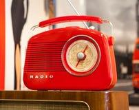 Röd retro radio på ljus bakgrund Royaltyfri Bild