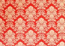 Röd retro tapet med guld- blom- textur, victoriandesign Arkivbild