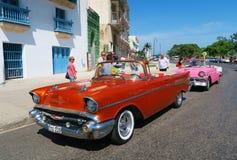 Röd retro taxi i havannacigarr royaltyfria bilder