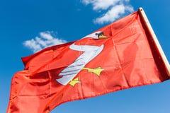 Röd ridderlig heraldisk flagga Arkivfoton