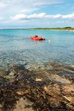 röd roddbåt Arkivfoto