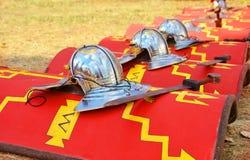 Röd roman sköld, vapen och swor royaltyfri bild