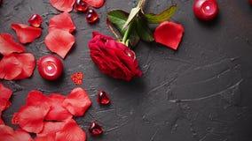 Röd ros, kronblad, stearinljus som daterar tillbehör, boxades gåvor, hjärtor, paljetter
