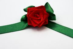 Röd ros med gröna kronblad som göras av handen från satängband Royaltyfria Bilder