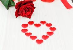 Röd ros med hjärtan Royaltyfria Bilder
