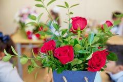 Röd ros med nallebjörnen i ask på träbakgrund, förälskelse Royaltyfri Bild
