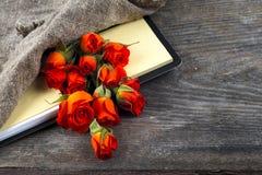 Röd ros på en anteckningsbok och en blyertspenna Royaltyfria Bilder