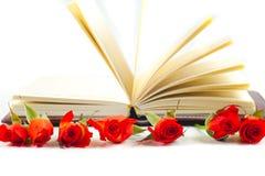 Röd ros på en anteckningsbok på en vit bakgrund Royaltyfria Foton