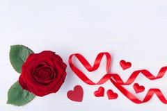 Röd rosa blomma och hjärta från bandet för valentindagkort fotografering för bildbyråer