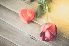 Röd rosblomma på trägolv i valentin dag Royaltyfria Bilder