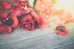 Röd rosblomma på trägolv i valentin dag Arkivbilder