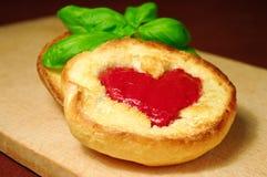 röd rostat bröd för hjärta Royaltyfria Bilder