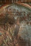 Röd rostig riden ut gravsten i en kristna kyrkogård, Dumfries och Galloway arkivfoto
