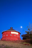 röd round för ladugård Arkivbild