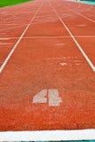Röd running lane för nummer 4 Royaltyfria Bilder