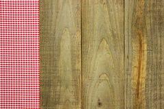 Röd rutig tyggräns på lantligt trätecken Royaltyfria Foton