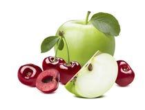 Röd söt körsbär för grönt äpple som isoleras på vit bakgrund arkivfoto