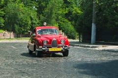 Röd SAAB bil på loppspåret på den Leopolis granda prixen Arkivfoto