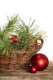 Röd sammansättning för jul på träbakgrund Arkivfoto