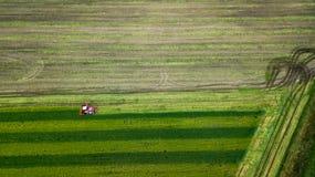 Röd sammanslutning på flygfotograferingen för lantgårdfält royaltyfri bild