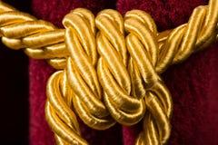 Röd sammetgardin med tofsen Royaltyfri Bild