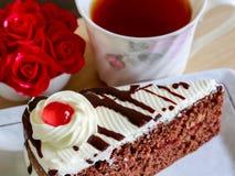 Röd sammetkaka och en kopp te Royaltyfria Bilder