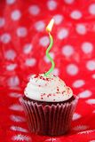 Röd sammetmuffin med det gröna stearinljuset Royaltyfria Bilder