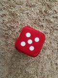 Röd sammettärning med nummer fem som spelar arkivbild